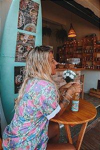 Camiseta floral fundo turquesa