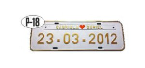 Placa de carro personalizada (Branco e dourado)