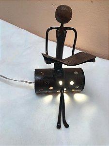 Escultura Luminária Ferro Leitor Sentado