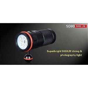 Lanterna para mergulho Klarus SD80 5000 Lumens. Até 100 metros de profundidade, ótima para fotografias com ângulo de luz de 110 graus, possui adaptador para tripé.