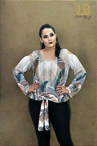 Blusa manga longa com detalhe de amarrar na frente e ombro vazado.