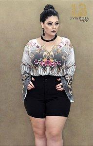 Blusa sublimada com manga flare e abertura nos ombros.