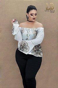 Blusa ciganinha com manga flare de bico e detalhe rendado.