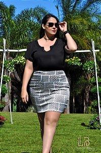 Vestido saia estampada e blusa lisa com bordado no decote.