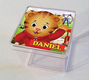 Adesivo caixinha acrílica 5x5cm Daniel Tigre