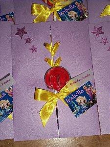 Convite com envelope com fecho de fita entrelaçada e pirulito