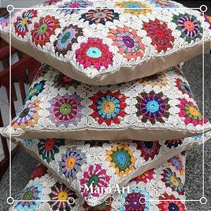 Almofada crochê colorido com tecido acetinado