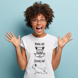 Camiseta Baby Look Cachorro Yoga Inalar e Exalar