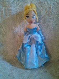 Boneca Cinderela, em pelúcia - 30 cm
