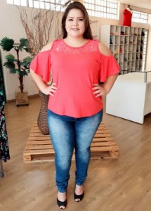 Blusa com Renda Plus Size