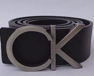 Cinto couro CK dupla face (preto/marrom) fivela letra CK