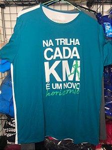 """Camiseta """"Na Trilha Cada KM é Um Novo Horizonte"""" Verde Escuro e Branco em Poliamida"""