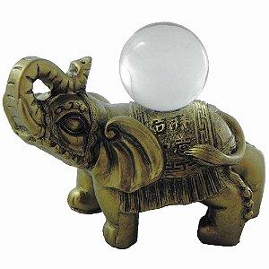 Elefante dourado com bola de vidro