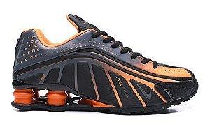 Tênis Nike Shox R4 - Preto e Laranja