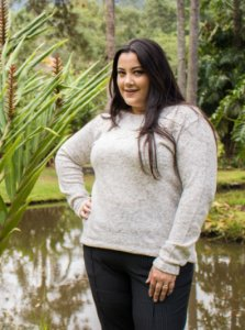 Blusa Plus Size Bordada no Decote
