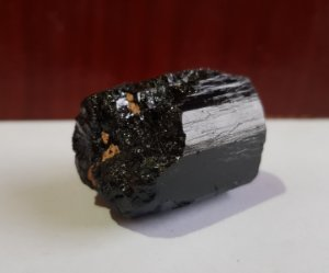 Turmalina negra bruta