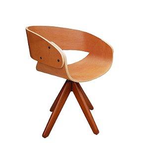 Cadeira em Madeira, Com base giratória com pés palitos, envernizada, modelo Lv123BM . Lv Estofados.