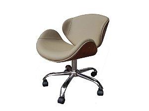 Cadeira Home Office revestida em couro NATURAL (100%) e detalhes em madeira ( cor imbúia ). Modelo LV40BECMICOUNAT com base estrela cromada e rodizios anti-risco. Lv Estofados