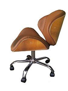 Cadeira Home Office revestida em couro NATURAL (100%) e detalhes em madeira ( cor Freijó ). Modelo LV40BECMFCOUNAT com base estrela cromada e rodizios anti-risco. Lv Estofados
