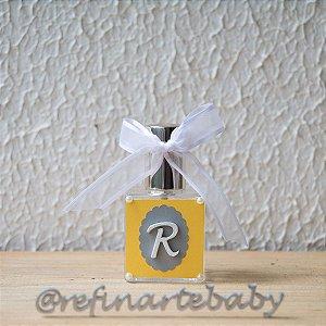 Lembrancinha Home Spray Inicial do Bebê com fundo amarelo