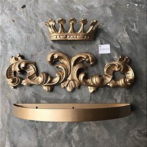 Dossel de parede com arabesco e coroa imperial