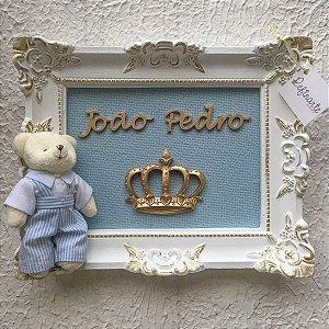 Quadro Porta Maternidade Yuki Ursinho Rei Moldura Branca com Efeitos Dourados e Fundo Azul Bebê