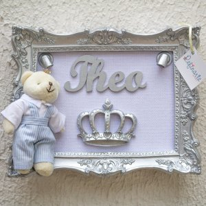 Quadro Porta Maternidade com LEDs Yuki Ursinho Rei Moldura Prata e Tecido Branco