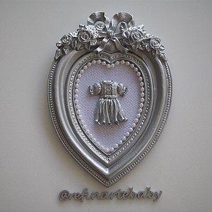 Quadro Decorativo Prata para Bebê Coração com Laço Vestidinho e Tecido Branco
