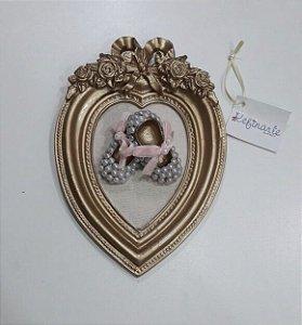 Quadro Decorativo para Bebê Coração com Laço e Sapatinhos Perolados