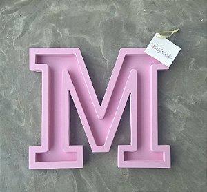 Letra M rosa vazada 20 cm para parede