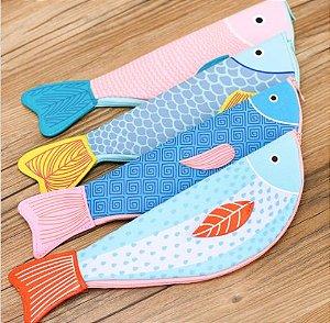 estojo sarja peixe estampado rosa com rabo azul
