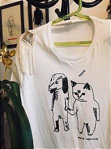 camiseta feminina adote com aplique de franjas e macramê nos ombros