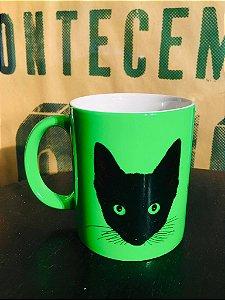 caneca fluorescente verde gato preto