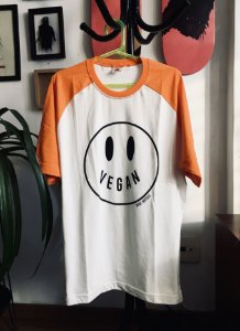 camiseta raglan happy vegan