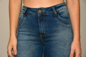 Calça Jeans Cropped Recortes Bolsos