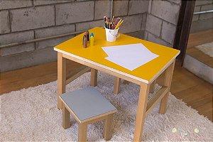 Mesa e Banquinhos para Crianças