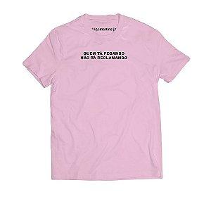 Camiseta Masculina - Quem tá pegando não tá reclamando - Rosa
