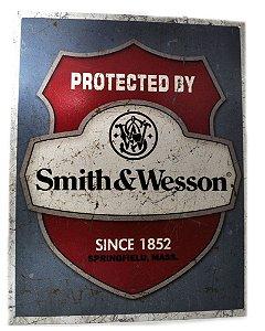 placa decoração protected by smith & wesson