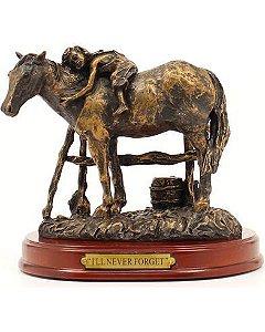 estatua de resina m&f menina deitada no cavalo