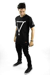 T-shirt Triângulo Estrela modelo oversized com abertura lateral