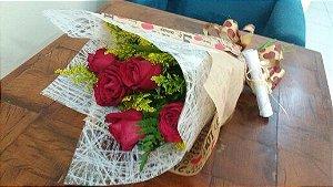 Buquê com 06 rosas