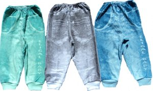 Calça em estampa silkada em malha suedine, aparência de jeans.
