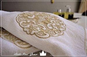 Jogo de toalha bordado em arabesco