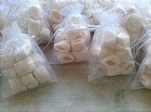 Saquinho de organza para lembrancinhas contendo balas de coco recheadas