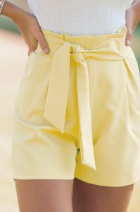 Shorts com amarração amarelo