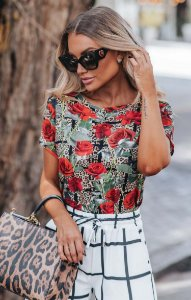 URBAN STYLE | Blusa T-shirt Estampa Exclusive Red Flowers