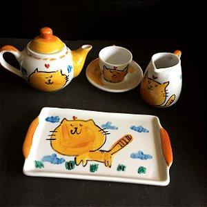 Hora do cafezinho com bule, leitera, bandeja e xícara de café  - Gatinho fofo passeando