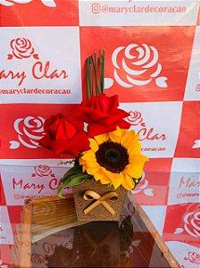 Duas Rosas e um Girassol no vaso
