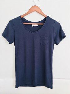 Blusa manga curta com bolso lateral