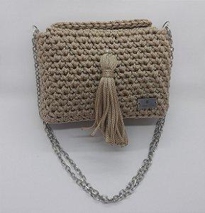 Bolsa IPê by Carlinna Fiori, na cor palha, feita em crochê com fio náutico de polipropileno e alça de corrente niquelada